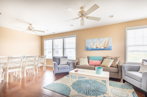 New! Bayside Resort 3 Br+den Upscale Condo Just Steps to Resort Amenities!