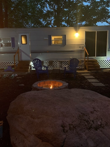 , Glamping With Resort Like Amenities. Pool. 10 Miles to Downtown Gatlinburg
