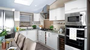 Full-sized fridge, microwave, oven, hob
