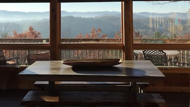 Cozy + Secluded 180 Degree Mountain View Cabin. Fall is in the air!