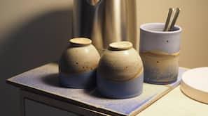 Kaffe-/temaskine, køkkentøj/tallerkener/redskaber