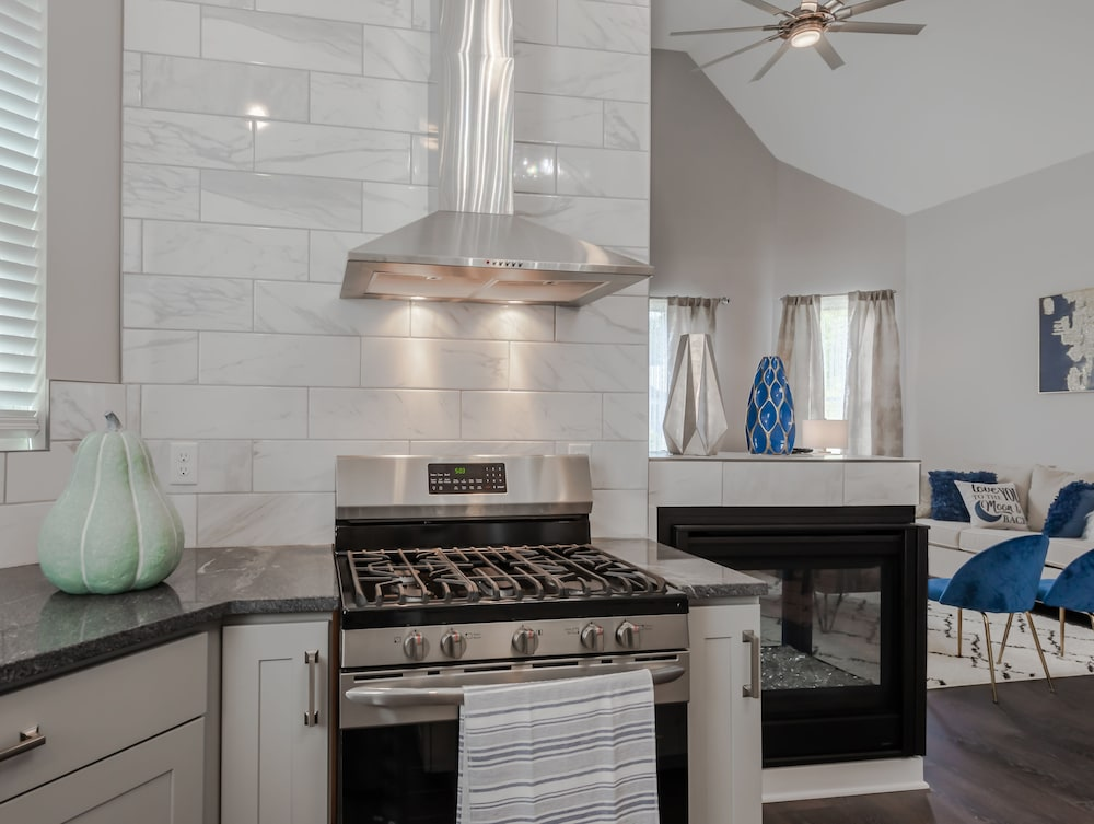 Private Kitchen, Amazing Indy House Sleeps 15 4 Bd 2.5 Ba