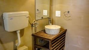 Deep-soaking bathtub, hydromassage showerhead