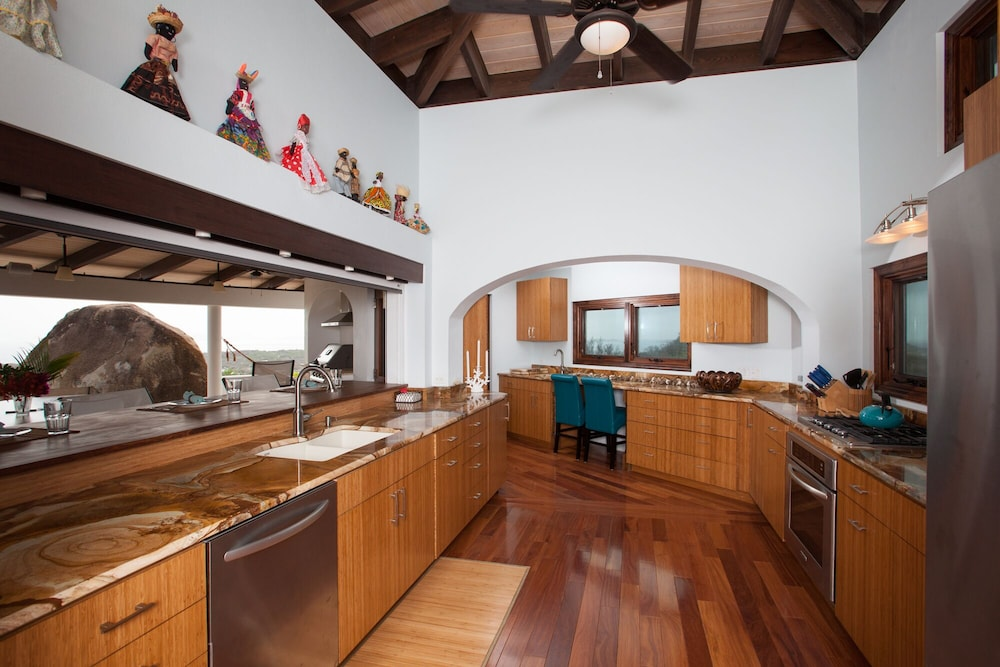Private Kitchen, Villa Somoya -new Pool- Spectacular 360 Degree Views!