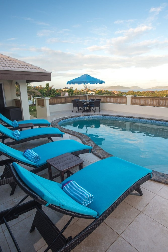 Pool, Renovated & Ready 3 Bedroom, 2 Bath Villa in the heart of The Valley