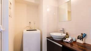 獨立浴缸及淋浴設備、免費浴室用品、風筒、拖鞋