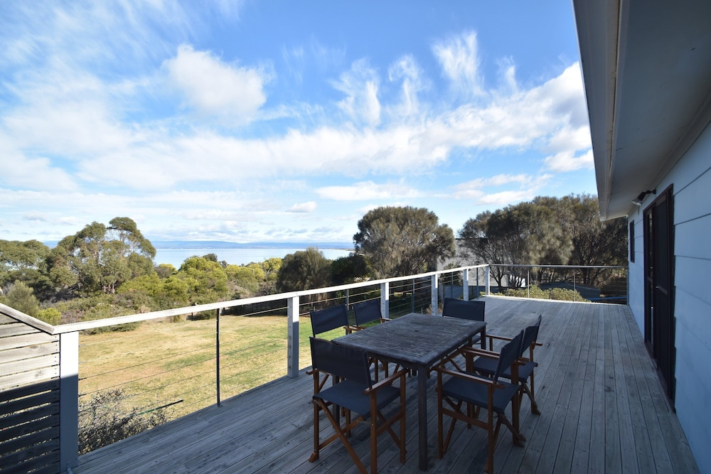 A beachfront location. Ocean views. Free wifi. Family friendly.