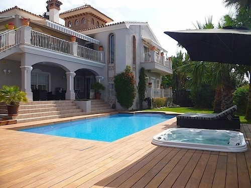 Luxury Villa With Pool & Jacuzzi