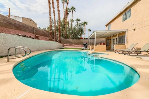 Vegas Delight Lovely 4Bd w/ Pool & Hot Tub!