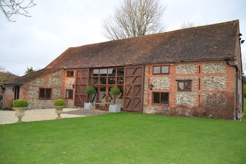 Barn conversion, 10 mins from Henley-on-Thames. Tennis court & indoor pool.