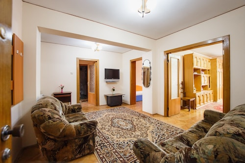Classical 4 Bedrooms Central Apartment