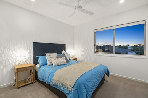 Luxury Canal Front Holiday House, Raptor Pde Banksia Beach