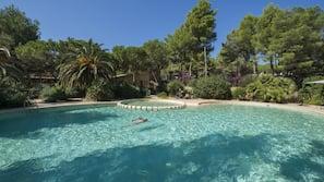 Una piscina al aire libre de temporada (de 9:00 a 20:00), tumbonas