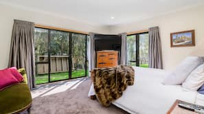 5 bedrooms, premium bedding, down comforters, Tempur-Pedic beds