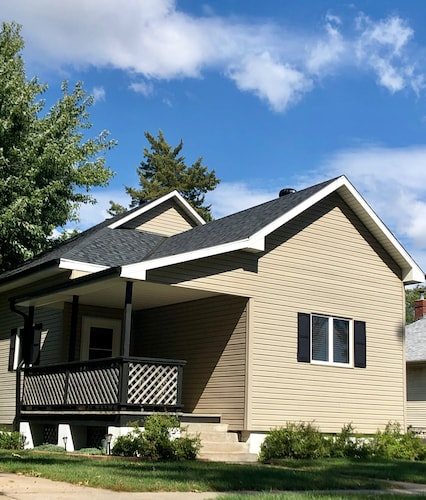 Large Home, Centrally Located, Minutes From Everything. Sleeps 19-22 Comfortably