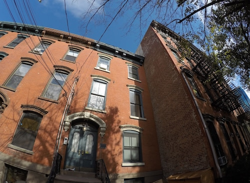 Historic Brownstone Apartment 15 min to NYC Downtown