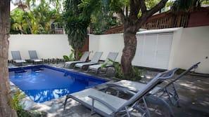 Una piscina al aire libre (de 8:00 a 21:00), sombrillas, tumbonas