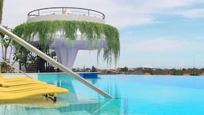 2 kolam renang outdoor, dengan kursi berjemur