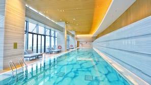 Kolam renang indoor dan kolam renang outdoor musiman