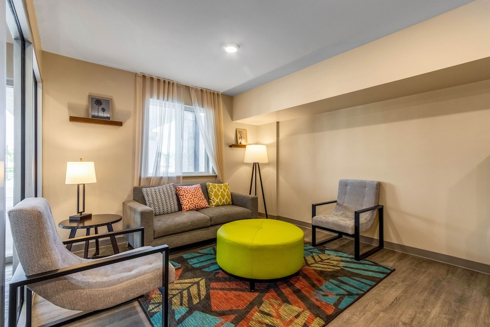 Lobby Sitting Area, WoodSpring Suites Tamarac