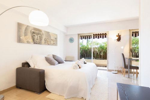 Bright 1-bedroom appartement: little garden in Antibes center