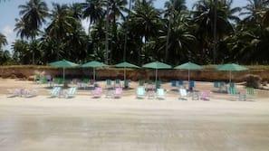 Perto da praia, barracas de praia de cortesia