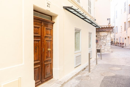 Charming renovated 2P in the old Antibes