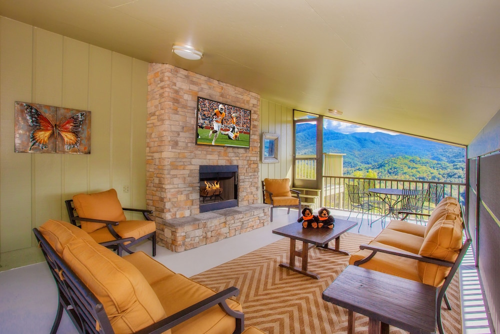 Living Room, Awesome Mountain Views, Hot Tub, Free Attraction Tickets!!!