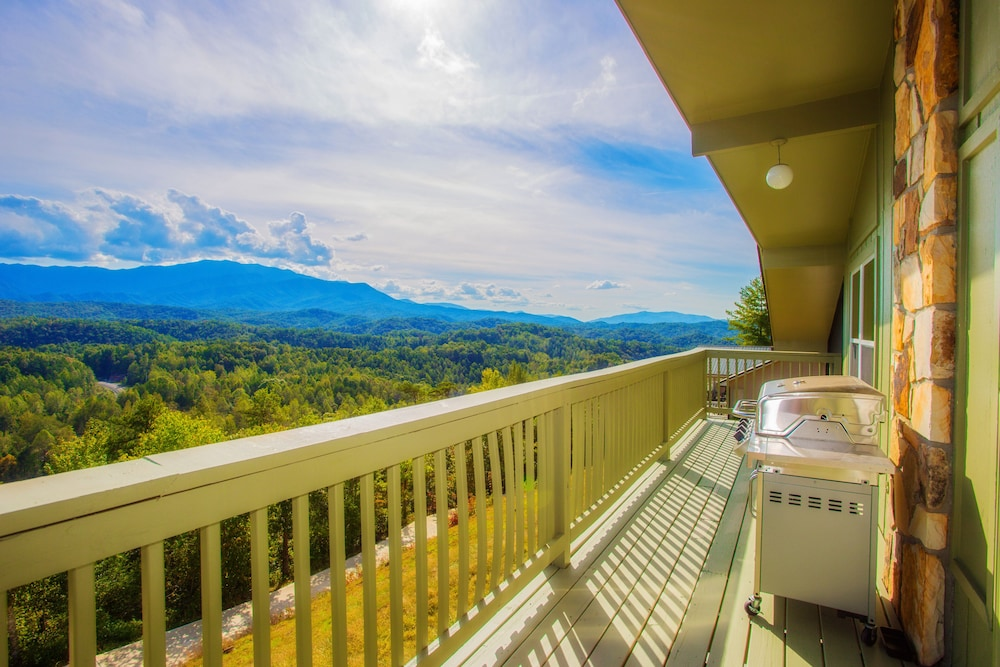 Balcony, Awesome Mountain Views, Hot Tub, Free Attraction Tickets!!!