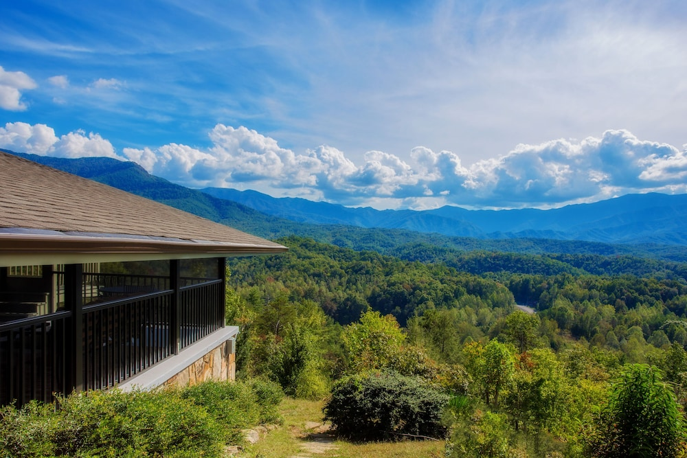 , Awesome Mountain Views, Hot Tub, Free Attraction Tickets!!!