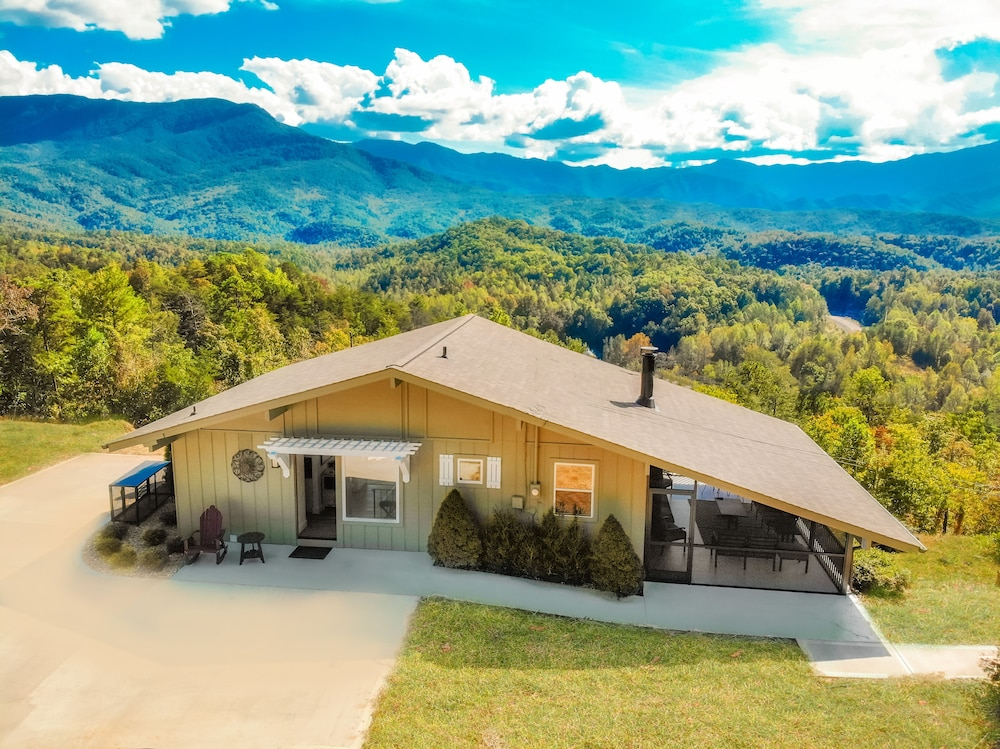 Exterior, Awesome Mountain Views, Hot Tub, Free Attraction Tickets!!!