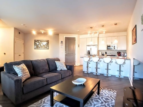 Urban Apt, 1bed/1bath, Light Rail, Heated Pool-g4 1 Bedroom Apts