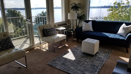 Relaxing View and Walking Distance to Downtown Kirkland! Easy Freeway Access