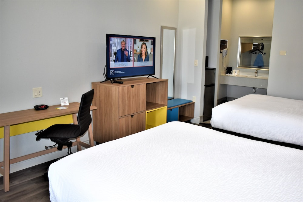 Television, Days Inn & Suites by Wyndham Downtown/University of Houston