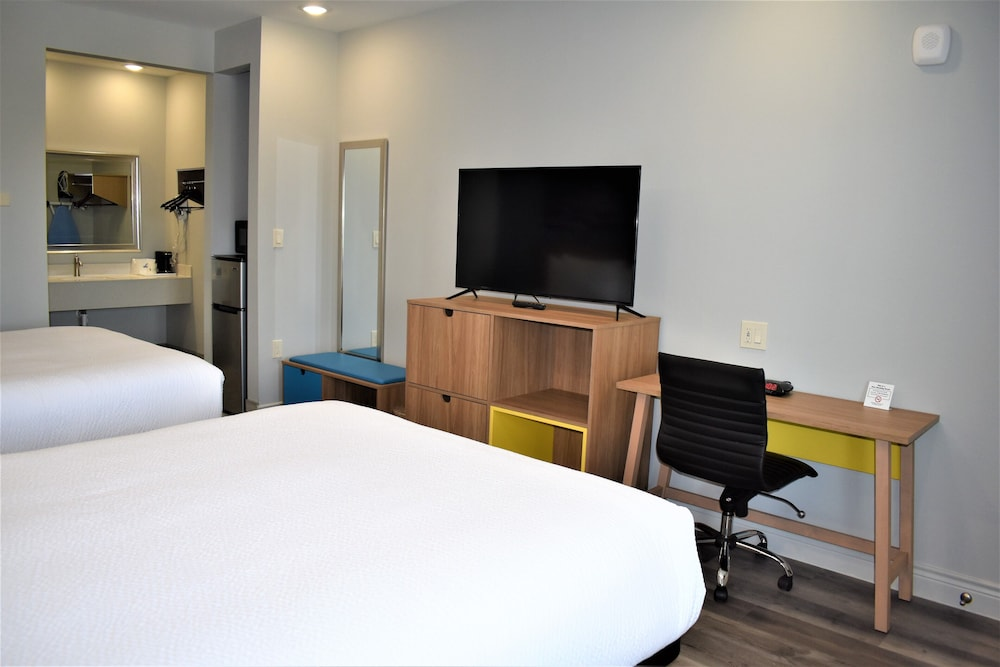 Room, Days Inn & Suites by Wyndham Downtown/University of Houston