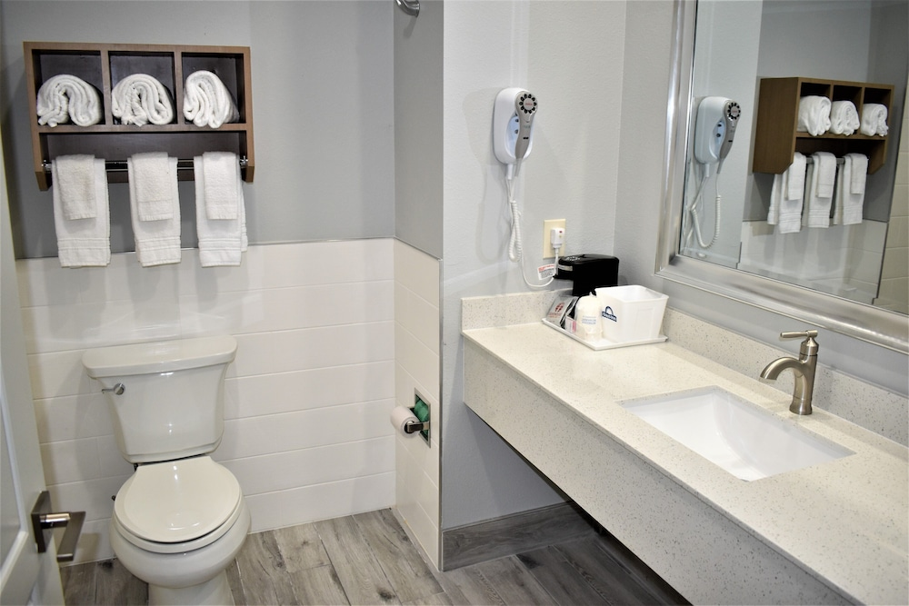 Bathroom, Days Inn & Suites by Wyndham Downtown/University of Houston