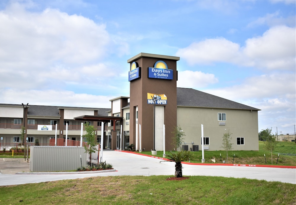 Front of Property, Days Inn & Suites by Wyndham Downtown/University of Houston