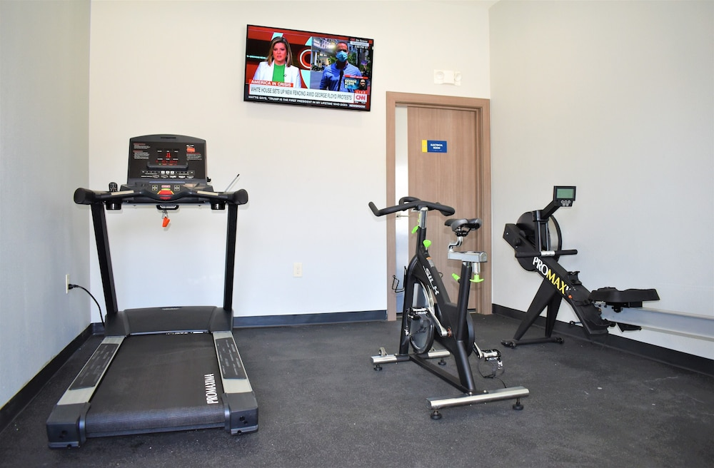 Fitness Facility, Days Inn & Suites by Wyndham Downtown/University of Houston