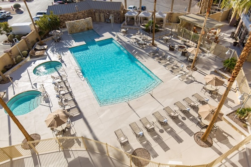 Free Breakfast + Shuttle to the Strip! Renovated Suite With Pool Access