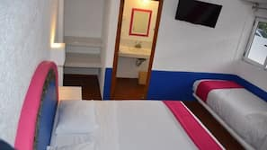 Mobiliario individual, escritorio, cortinas opacas y wifi gratis