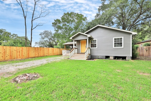 Charming Home Near the bay w/ Covered Deck - Close to Kemah Boardwalk!
