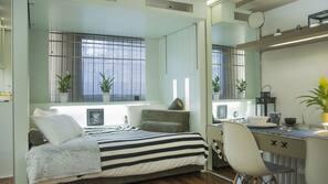 Luxe beddengoed, een laptopwerkplek, geluiddichte muren