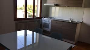 Full-sized fridge, oven, hob, coffee/tea maker