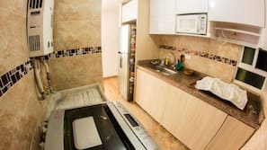 Een koelkast, een magnetron, een kookplaat, een blender