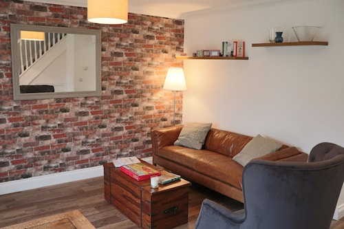 Cowpat Cottage - 2 Bedroom Modern Cottage in a Charming Suffolk Village