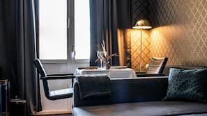 Skrivbord, mörkläggningsgardiner, ljudisolering och strykjärn/strykbräda