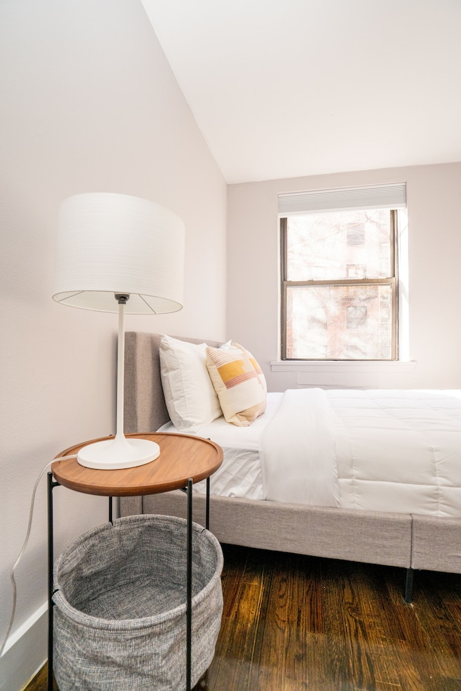 Room, Chelsea Waterside Apartments 30 Day