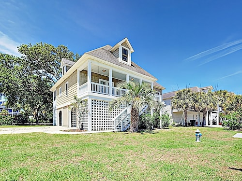 Large Family W/ Outdoor Dining, Walk To Beach 5 Bedroom Home