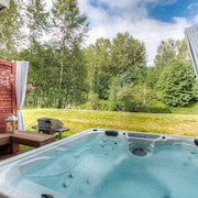 Moon River Suites 2 - on River, Private Hot Tub, Downtown by North Bend Escapes