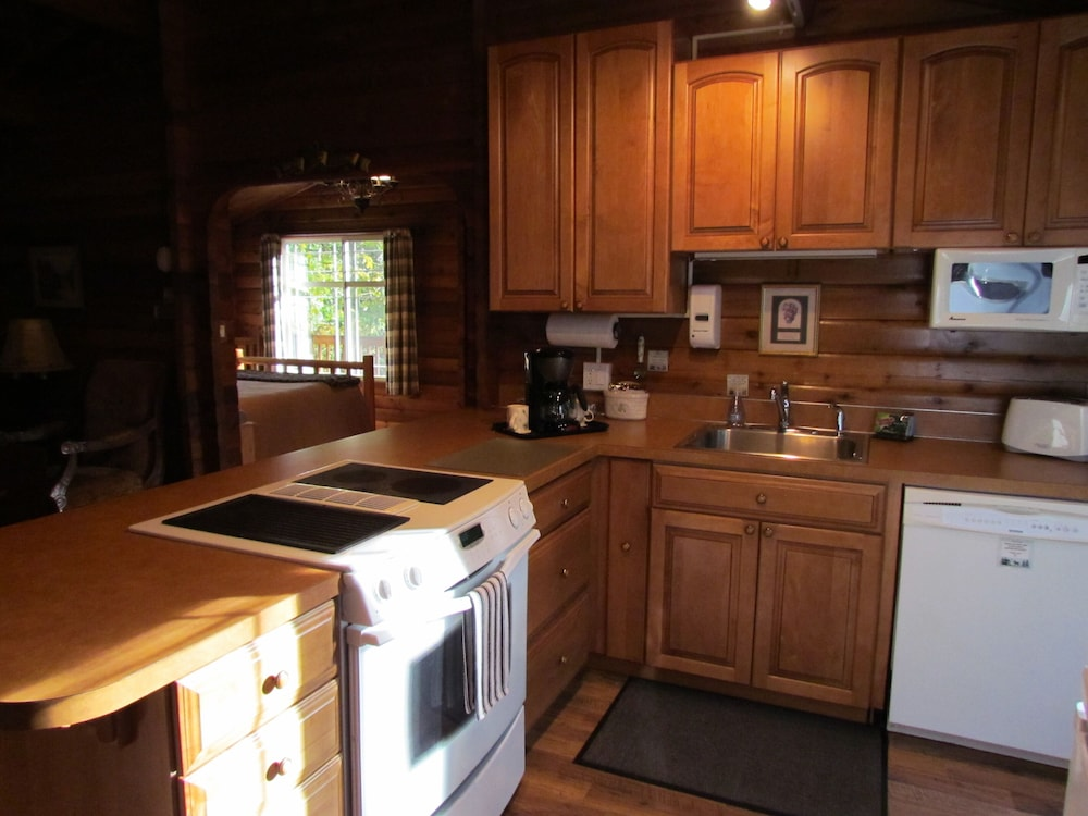 Private Kitchen, Log Cabin on 6 Beautiful Acres